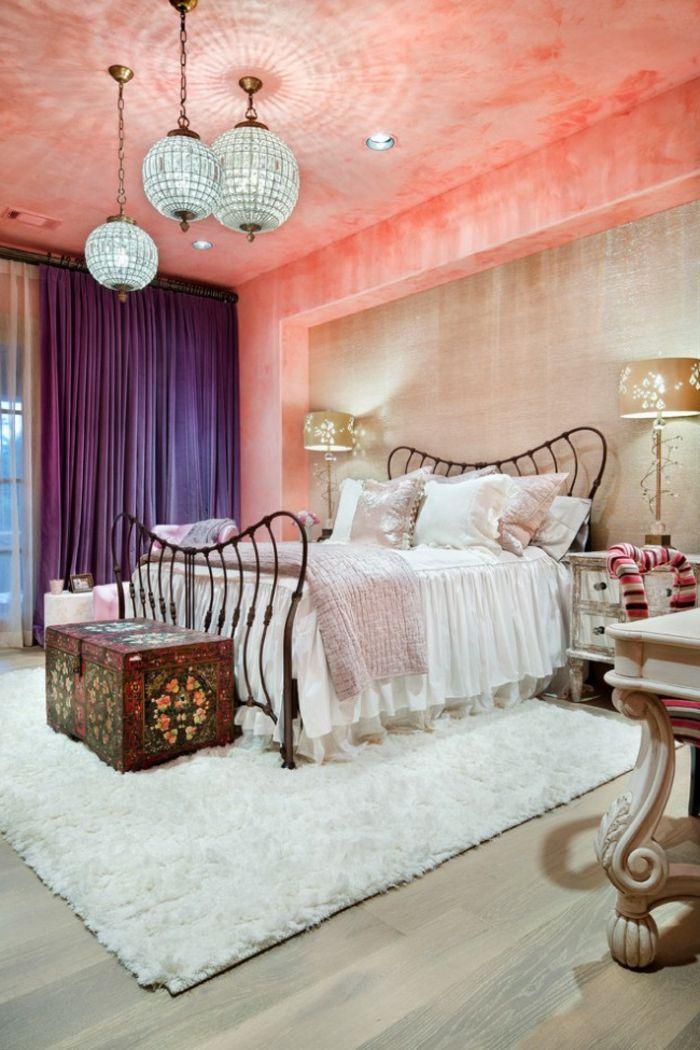 idée déco chambre, tapis blanc moelleux, cadre lit en fer forgé, plafond corail, coussins rose pastel