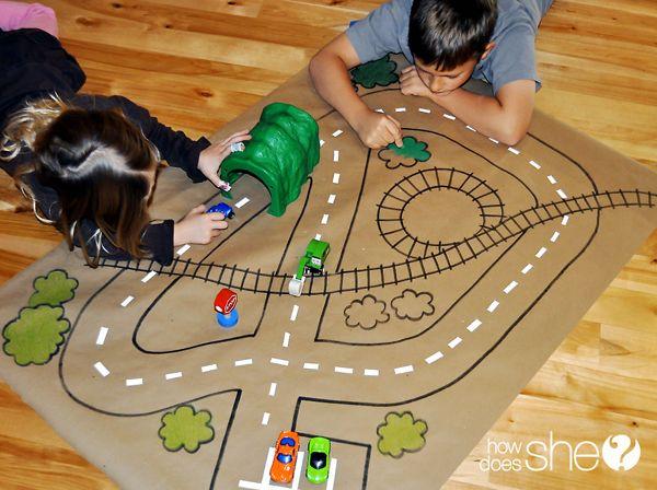 Una buena idea para entretener a los chicos: Papel manila, pilotos, carritos... y que dejen volar la imaginación!