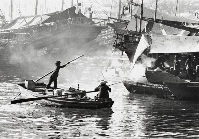 """Foto: Yau Leung - """"Aberdeen"""", 1963. // #artSelecta el arte que hay que ver // lee nuestros articulos en nuestro blog // streetphotography, hong kong, fotografia documental, inspiration, vintage beauty."""