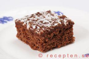 Recept på klassiska mockarutor, även kallade kärleksmums och snoddas. En mjuk chokladkaka med chokladglasyr och kokosflingor.