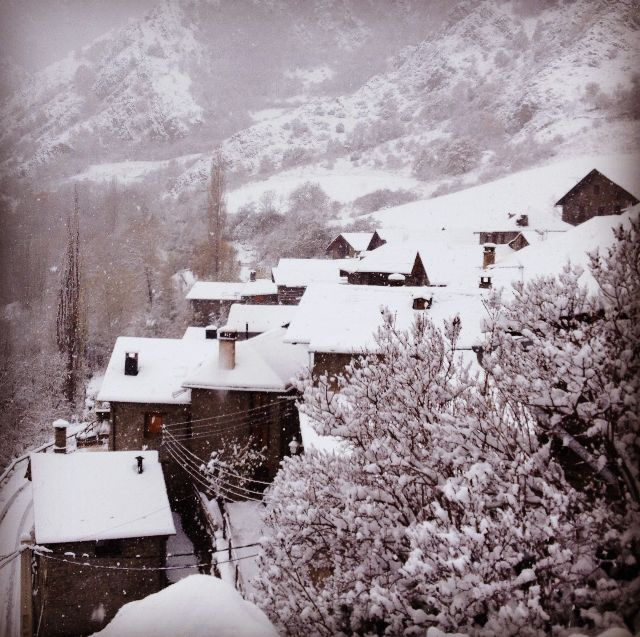 El poble d'Estaon, a la Vall de Cadós tot nevat