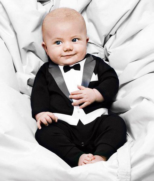 男の子ならジェントルマン風ロンパースでクールに決める! 結婚式での赤ちゃんの服装・ドレスアップ例まとめ。