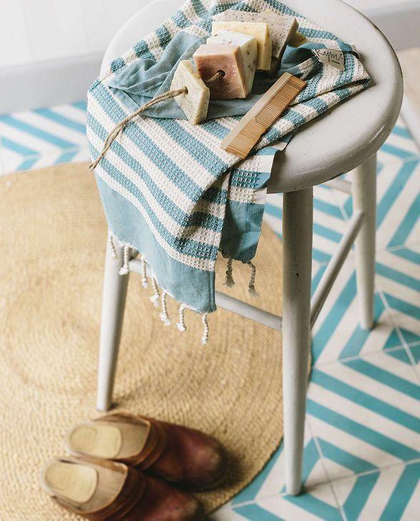 Erweitert Deine Wellnessoase um ein weiteres Lieblingsstück, das Lust auf Meer macht. Das gestreifte Badetuch von House of Rym besteht zu 100% aus handgewebter Baumwolle und fühlt sich genauso toll an, wie es aussieht.