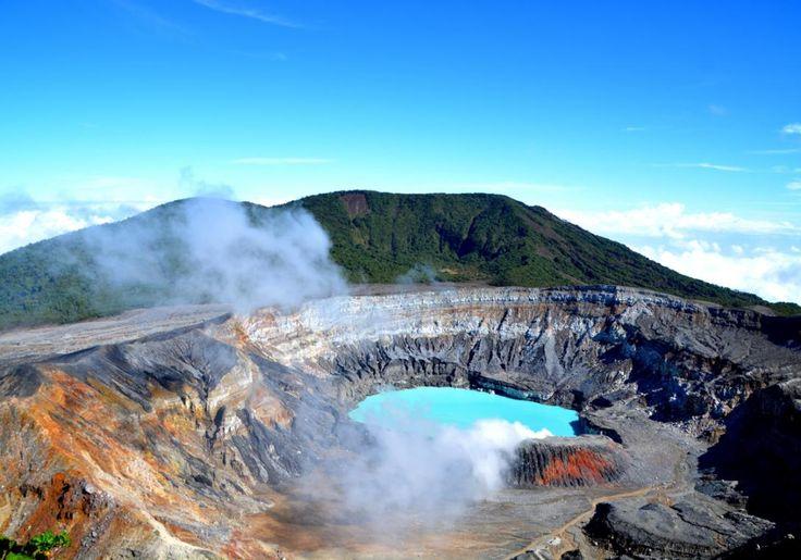 Den ulmende Poas vulkan i Costa Rica kan du besøge på en smuk vandretur fra hovedstaden San Jose. Vulkanens krater er 1,5 kilometer bredt, og nede i det ligger en brændende varm sø, hvor vandets farve veksler smukt mellem turkis, grønt og gråt.