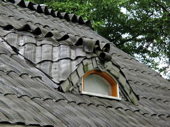 Not only is it a great upcycle to reuse tires to roof a house, they have integrated art into it as well with the little ' dragon'.