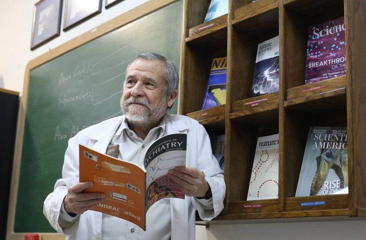 Francisco Mora, doctor en Medicina y Neurociencia, en su despacho de la Facultad de Medicina de la Universidad Complutense.