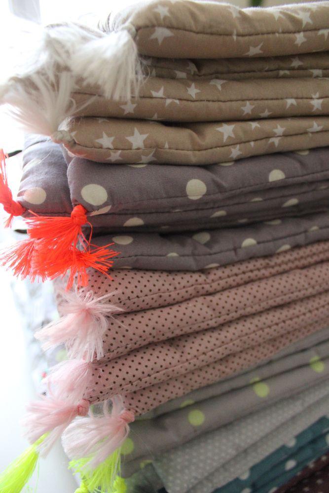 """Edredon ou tapis de sol 70x100 cmTient chaud pendant le sommeil, habille le berceau ou le lit à barreau, s'emmène partout pour envelopper bébé pendant ses trajets, peut servir de tapis de sol pendant le jeuEgalement parfait sur le canapé ! Tissus 100% coton Doublure ouate anallergique [moelleux] Finitions pompon Lavage en machine à 30°Peut s'assortir au tour de lit et au coussin """"Little Square"""""""