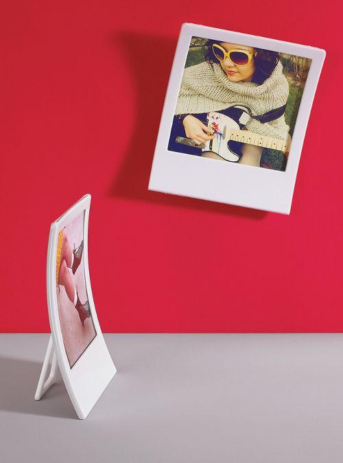 Umbra Snap frame wall decor set da 2 cornici complete di supporto da tavolo, biadesivo o chiodino da parete, novità Umbra design 2012/2013    Articolo: ORIGINALI PORTA FOTO DA PARETE A FORMA DI POLAROID, IDEALE PER LE TUE FOTO PREFERITE CON LA POSSIBILITA' DI SCRIVERE SULLA PARTE BIANCA PER NON DIMENTICARE... COMPLEMENTO D'ARREDO FAVOLOSO E DI GRANDE IMPATTO VISIVO, ESTREMAMENTE ORIGINALE.