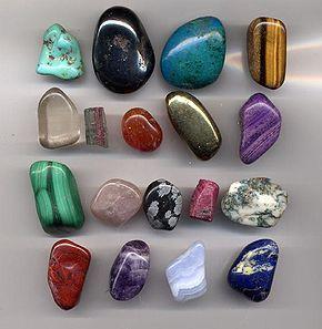 Les gemmes: De gauche à droite et de haut en bas : Turquoise - Hématite - Chrysocolle - Œil de Tigre - Quartz - Tourmaline - Cornaline - Pyrite - Sugilite - Malachite - Quartz rose - Obsidienne - Rubis - Agate - Jaspe - Améthyste - Calcédoine - Lapis lazuli.