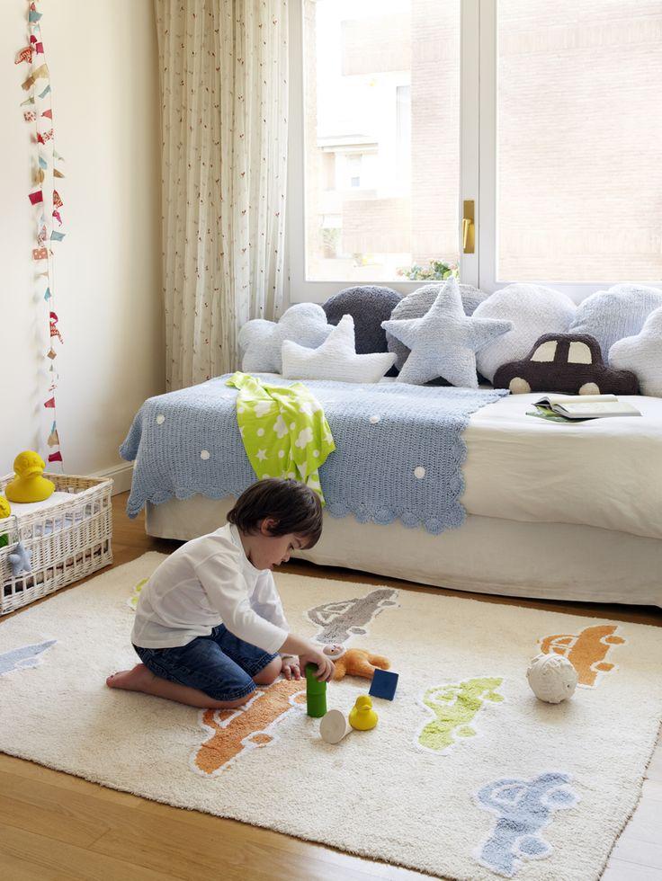 La nueva colección de alfombra infantiles de diseño moderno y barato, son perfectas para cualquier tipo de ambiente, de la prestigiosa firma Lorena canal, están pensadas para hacernos la vida más fácil,  fáciles de lavar en tu lavadora de casa. Además son ecofriendly, se fabrican el algodón 100% con tintes libres de tóxicos.  Medidas: 120x160cm.   Consúltanos en nuestra tienda de muebles modernos y baratos en Madrid.
