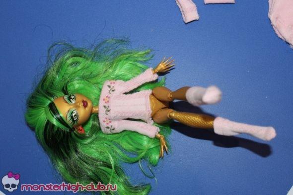 Мастерим свитер и гольфы для куклы из детского носочка | Monster High Club
