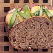 ライ麦パンのペッパーハムサンド
