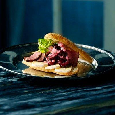 Focacciabrød med krondyr og kirsebærrelish