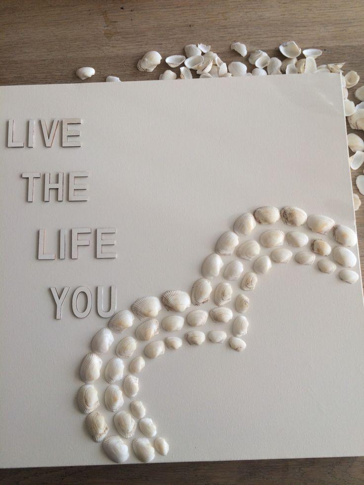 Canvas, schelpjes en letters van action. Spuitverf (gebroken wit) van gamma