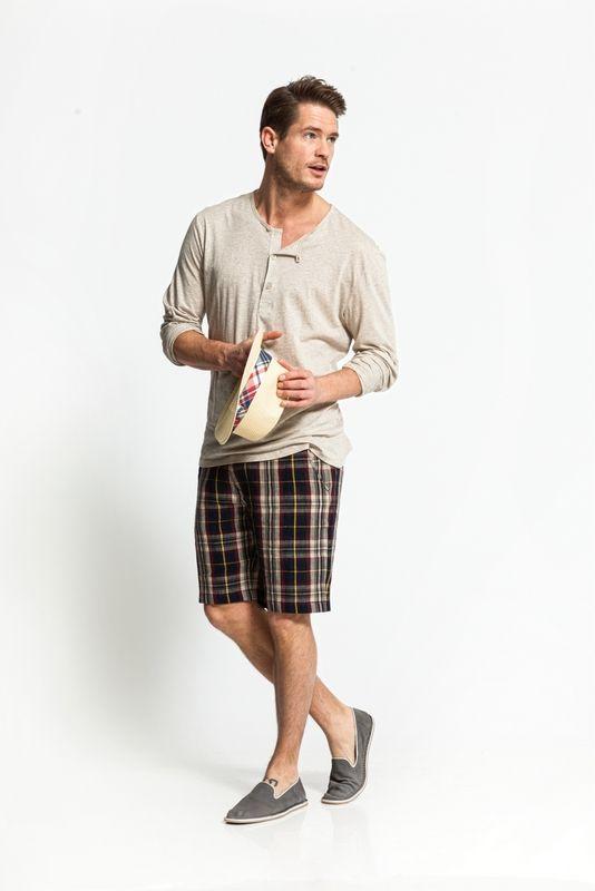 Dit chino-short draagt lekker op een warme dag en is leuk te combineren met een shirt en blouse erover. Bestel je dit patroon, dan ontvang je ook het patroon KM1404-102 Chino broek er gratis bij!  LET OP! Een PDF-patroon print je zelf thuis uit. Wil je het patroon liever per post ontvangen, kies dan voor een post patroon.