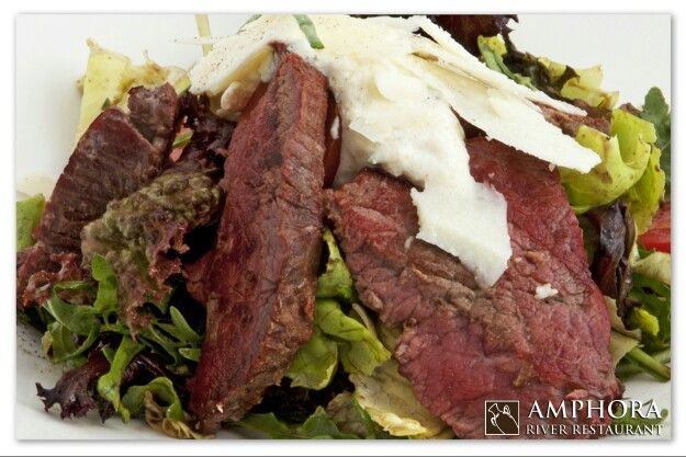 Salata sefa kuhinje : dimljeni biftek,mix zelenih salata sa prelivom od 4 vrste sira