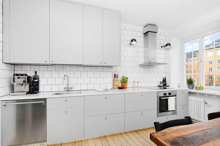 Utskjutande skiva på köksön, med krokar under för handdukar (se fönstret