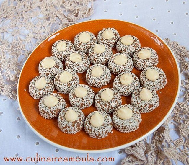 Assalamo Alaykom, Bonjour à tous, * Ingrédients: - 500g de cacahuètes grillées et finement moulues - 50g de chocolat Nesquik - 125 ml de miel de la fleur d'oranger - Sésame blanc - Pistole de chocolat blanc * Préparation: - Dans un saladier mélanger les...