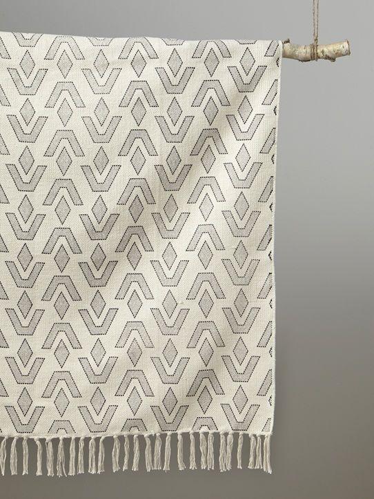 Géométriques et minimalistes, les motifs de ce tapis imposent leur élégance dans un style ethno-chic.  Détails Finition franges nouées. Dim. 90 x 120