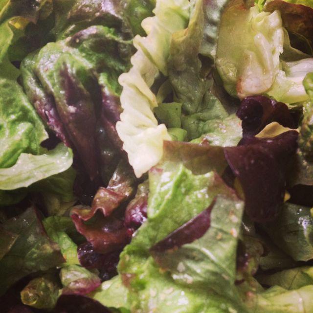 Salade avec vinaigrette au Melfor (vinaigre Alsacien) et huile de pépin de raisins + germes de blé - Salad with dressing Melfor (vinegar Alsatian) and grape seed oil + wheat germ #salade #vinaigrette #cuisine #food #homemade #faitmaison #yummy #cooking #eating #french #foodpic #foodgasm #instafood #instagood #français #salé #vegetarien