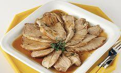 Il cosciotto d'agnello si prepara al forno in modo facile con una cottura lenta al forno.