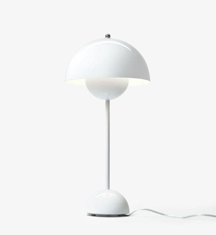 Flowerpot bordlampe VP3 fra &Tradition er designet av Verner Panton.  Lampen ble utviklet på 60 tallet og inspirasjonen er hentet fra Flower Power tiden. Flower Pot serien er elsket av designelskere og er allerede blitt en klassiker.  Materiale: Stål som er lakkert medblank overflate. Mål H:50 cm Diameter 23 cm. 2 meter ledning med av/på bryter.