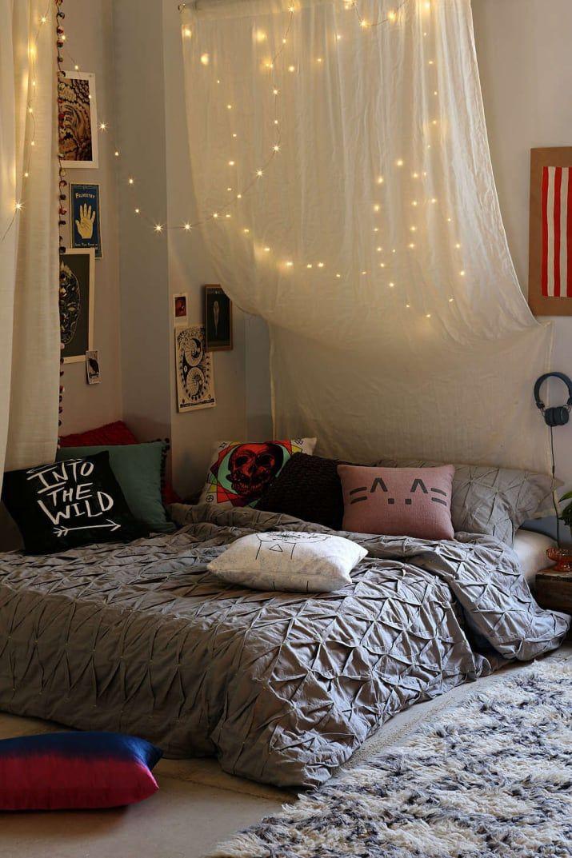 Pendurar as luzes por trás de uma folha ou fina cortina ajuda a tornar o seu quarto se sentem menos como uma exibição de Natal e mais como um FaiRy WoNDeRLanD.  Você pode usar luzes normais árvore ou obter estes delicados em Urban Outfitters.