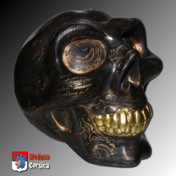 Sculpture crâne noir à dents en or