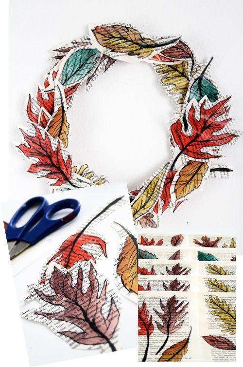 Preciosa corona de adorno hecha con dibujos de hojas impresos en páginas de libros a expurgar