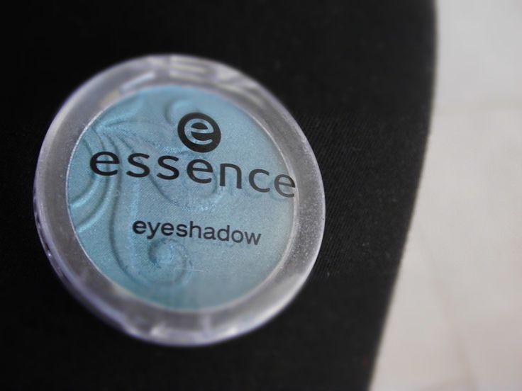 Modré oční stíny od Essence