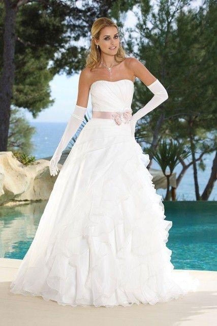 Aangehad bij de Bruidshoek. Leuke speelse rok, maar door het a-symetrische bleef ik aan de rok plukken/goedleggen/optillen/wegleggen. Model was goed. Ladybird 35007 Wedding Dress