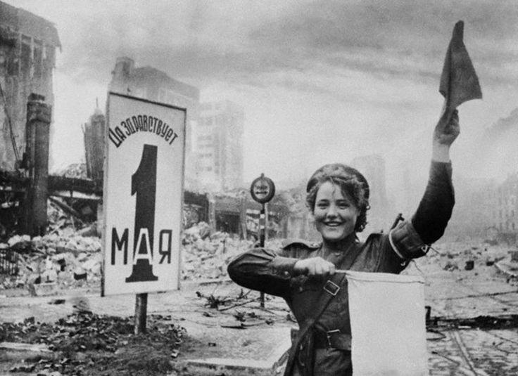 Na primavera de 1945, em Berlim, o fotógrafo Evguêni Khaldei tirou uma foto famosa: tendo como pano de fundo o portão de Brandenburgo, uma garota controladora de tráfego comanda a passagem das  tropas soviéticas.A fotografia tornou-se uma espécie de símbolo da vitória do exército soviético sobre o fascismo. Ela foi publicada repetidas vezes por jornais e revistas em todo o mundo.Na foto: Maria Chalneva orienta o movimento do equipamento militar soviético perto do Reichstag, em Berlim