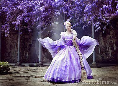 Die schöne Prinzessin mit einem langen Zopf