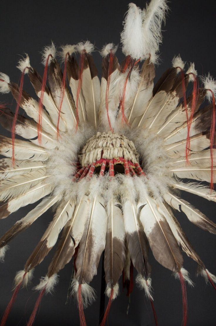 Головной убор, Равнины. Размер 34 дюйма (около 100 см). Б.  Орлиные перья, конский волос, бисер, ткань, мех. Резервационный период, начало 20 века. Galerie Flak.