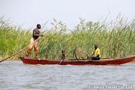 あまり盛んではないが、チャド湖で漁をする人々