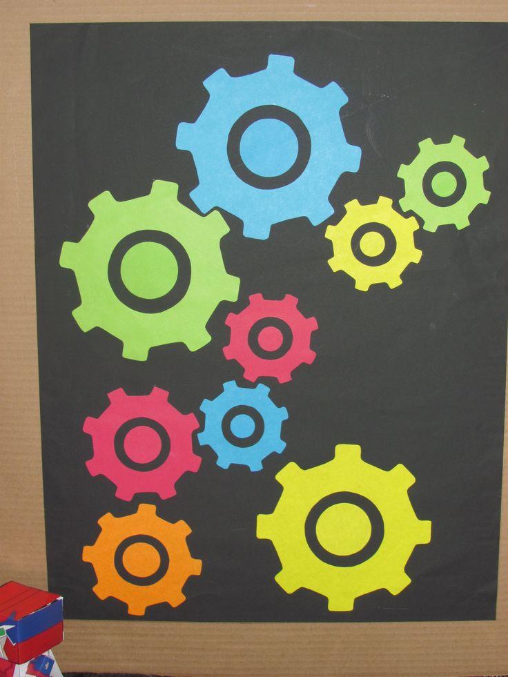 Cuadro de engranes de colores para complementar y darle un toque diferente a esta mesa de dulces.