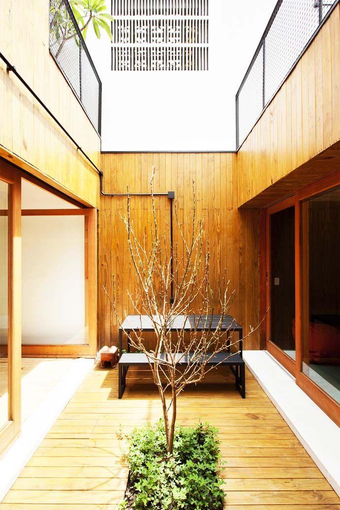 ウッドデッキから木が生えちゃってるのは絶対かっこいいよな~。友人の家も中庭がこんな感じだった