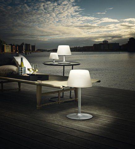 De Eva Solo SunLight lamp werkt op zonne-energie. Een ideale lamp voor gebruik in de tuin. Hij is draadloos, zodat je hem overal kunt neerzetten of ophangen. Het zacht witte licht is een sfeervolle toevoeging aan elke mooie zomeravond!