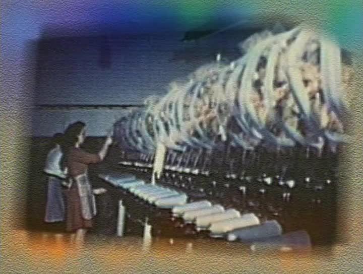 LA GRÈVE DU TEXTILE - Pendant la deuxième guerre mondiale, les compagnies de textile ont gelé les salaires des travailleurs. En 1946, il était temps que cela change. D'abord à Valleyfield puis à Montréal, le bras de fer avec les compagnies mènera à la grève. C'est la syndicaliste Madeleine Parent, qui a joué un rôle de premier plan dans ce conflit, qui nous raconte.
