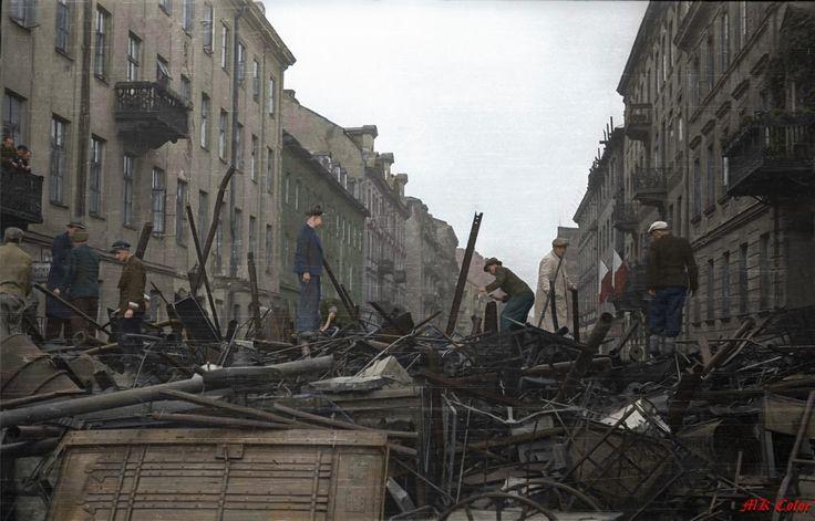 Śródmieście Północne. Ludność cywilna pomagająca budować barykadę na ul. Siennej  data wykonania: 3 sierpnia 1944 Zródło:MPW