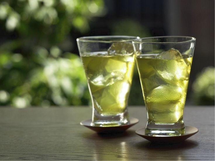 夏に飲みたくなる冷茶。水出しポットや急須でいれる手軽な方法から、緑茶の茶葉のおいしさを生かした贅沢な抽出法まで、水分補給と各種ビタミンが摂取できるおいしい冷茶のつくり方・いれ方をご紹介いたします。