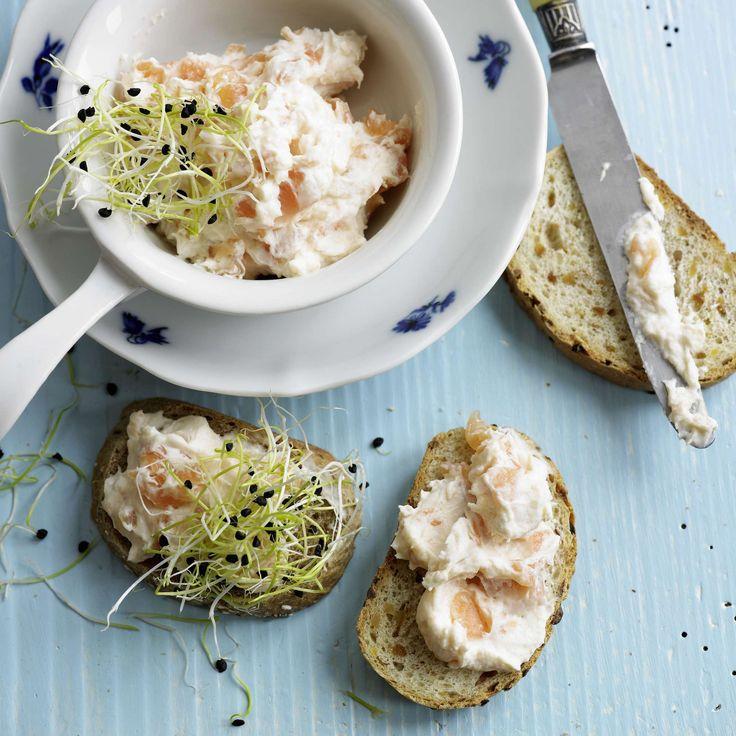 Lachsaufstrich. Als kleine Mahlzeit, Vorspeise, Fingerfood oder zum Brunch: Ein Aufstrich aus Lachs, Rahm und Frischkäse auf Brot ist einfach und schnell gemacht.