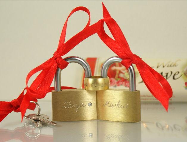 Liebesschlösser mit Gravur und Schlüssel, Liebesschloss zur Hochzeit, Hochzeitsgeschenk / love lock with lengraving as wedding gift for bride and groom made by Tanja Braun - jewelry & padlocks via DaWanda.com