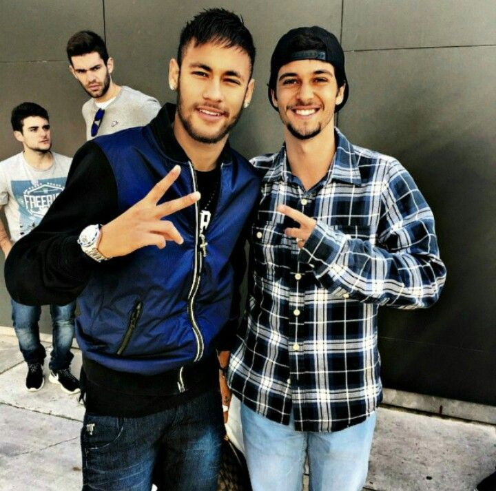 18.12 Neymar meets with a fan