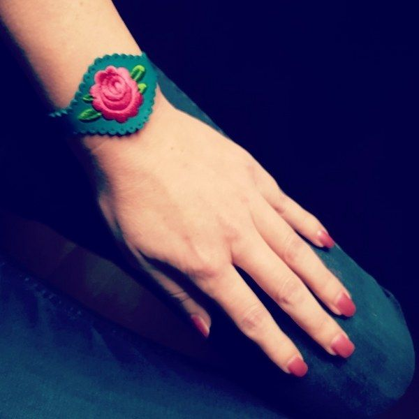 Peony Rose embroidery chinese rose bracelet cuff leather gipsy hippiechique tribal embroiderd polish folk art. Verstelbare lederen armband met geborduurde bloem. Ontwerp van Urban Hippies. Mat zilveren drukknopen van stainless steel. Adjustable leather bracelet with flower emboidery. An original Urban Hippies design. Stainless steel pushpins