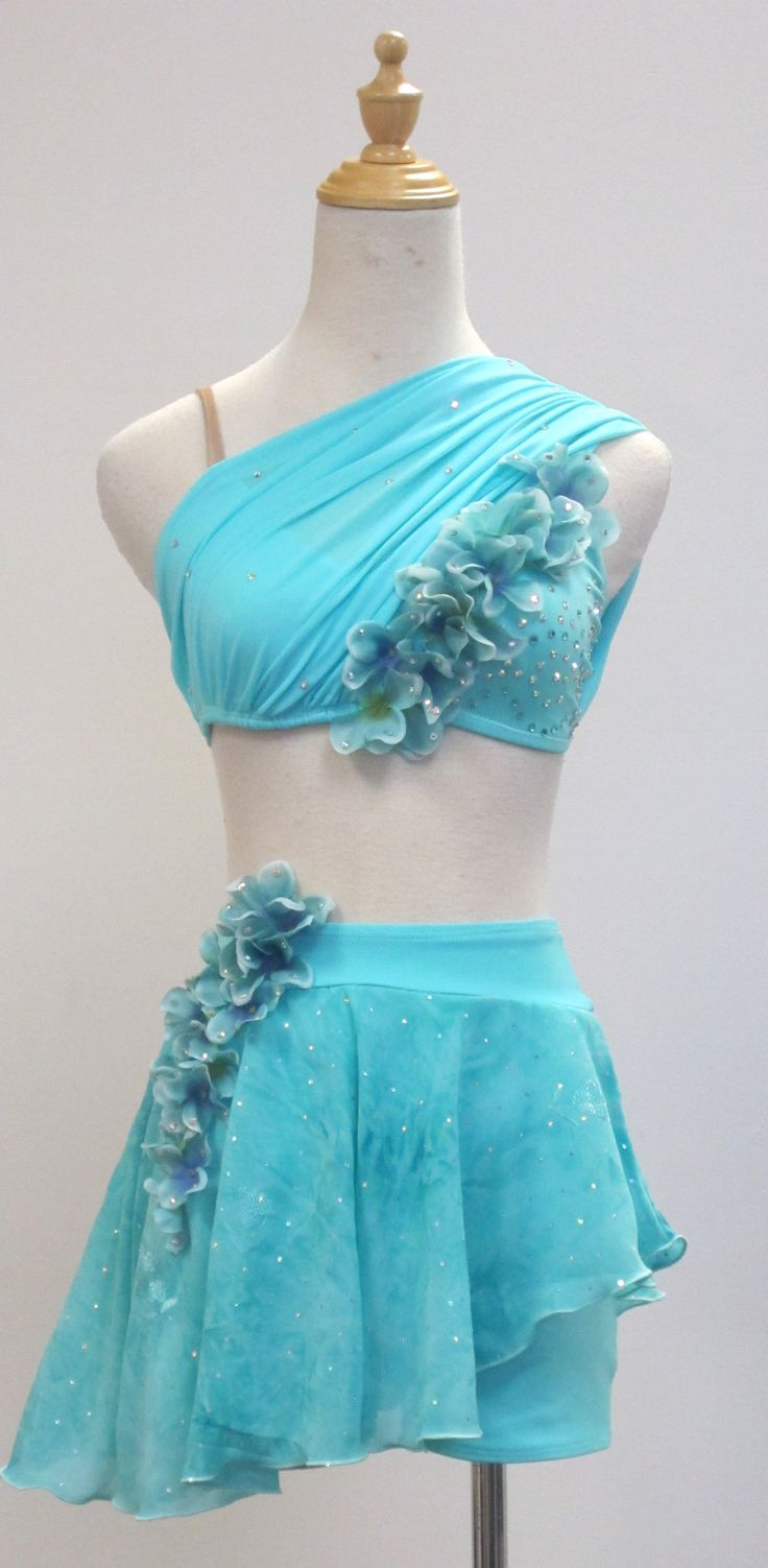 I love this colour is so beautiful!!!! I don't know why but I visionate myself doing a lyrical solo wearing this costume!