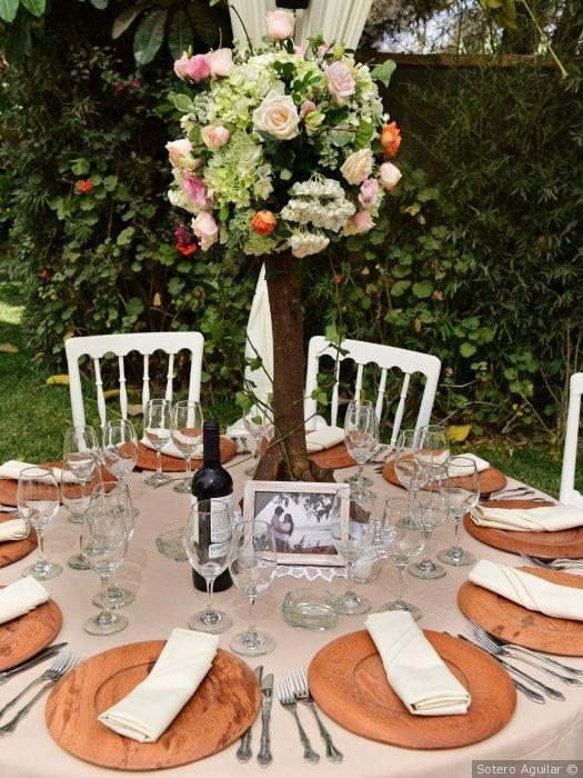 Dale un toque rústico a tu boda con esta decoración para las mesas de la recepción. #mesas #decoración #boda #rústica #matrimonio #centrodemesa #platos #cubiertos #recepción #catering #flores #table #decoration #rustic #wedding