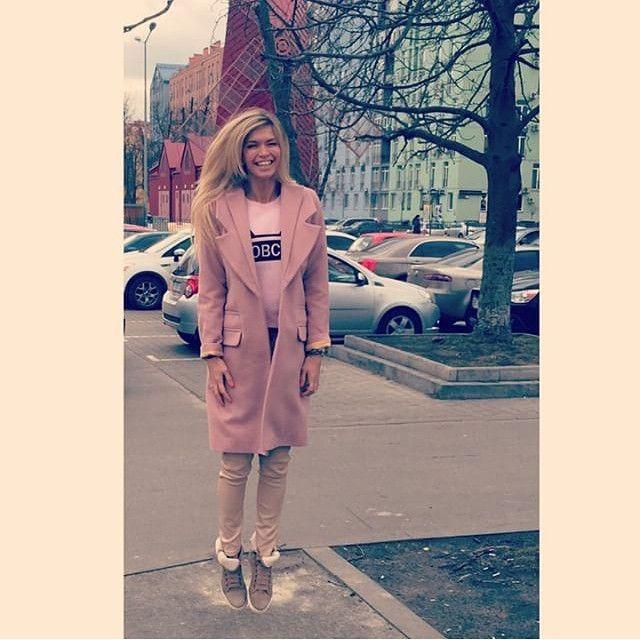 В Москву наконец-то пришло тепло! Вера Брежнева @ververa, как и многие другие, набросила яркое пальто и отправилась на прогулку. А в ваш город уже пришла весна? Поделитесь своими снимками с первых весенних прогулок с хэштегом #glamourrussia - самые солнечные попадут в журнал ☀️