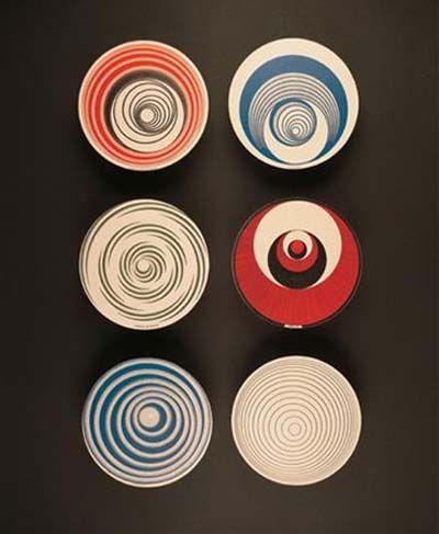 © Marcel Duchamp  Rotoreliefs  Paris 1935. Set von 6 Kartonscheiben, beidseitig bedruckt in farbiger Offsetlithographie, je 20 cm Durchmesser, vorgesehen für eine Rotation von 33 1/3 Umdrehungen pro Minute.
