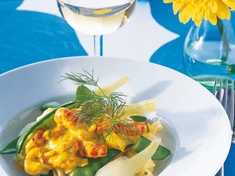 Recept på lyxig kräftpasta. Färdigskalade kräftstjärtar på burk blandas i en god saffranssås som serveras med färsk nykokt pasta, fänkål och sockerärter. Om du är förtjust i sås gör dubbel sats.